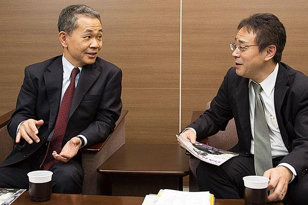 左:國貞克則さん、右:渡邊明督さん、お互い顔をあわせて談笑中